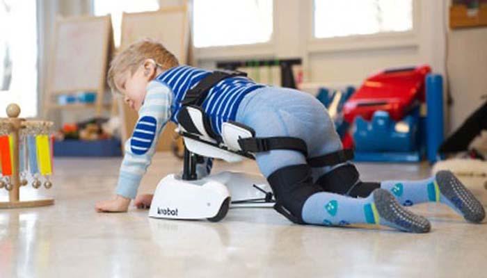 Как помочь малышу освоить навык ползания?